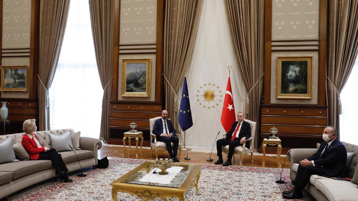 De izquierda a derecha: Ursula Von der Leyen, presidenta de la Comisión Europea; Charles Michel, presidente del Consejo Europeo; Recep Tayyip Erdogan, presidente de Turquía.