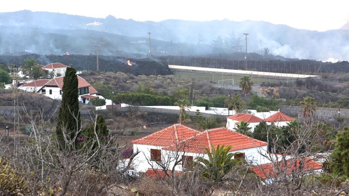La lava arrasa con el campo de fútbol de La Laguna, en La Palma