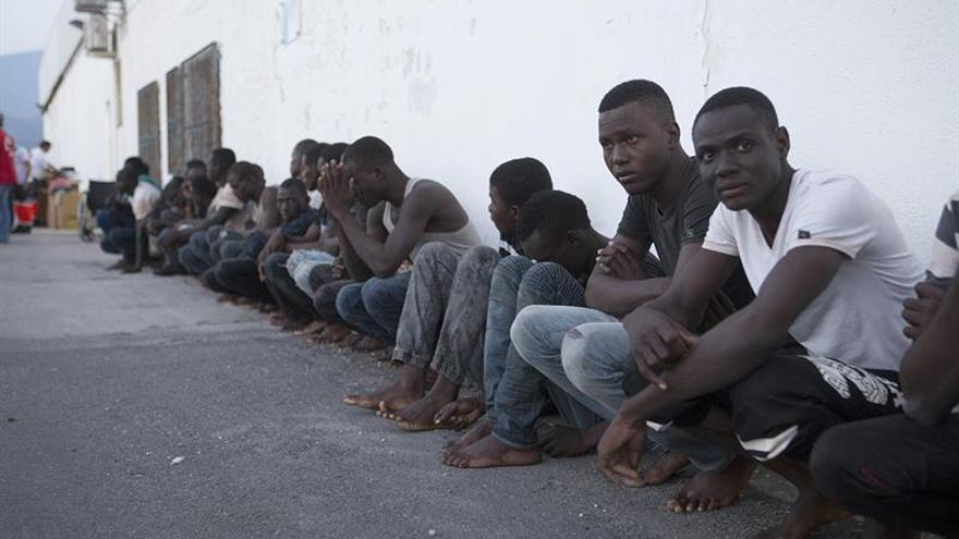 Llegan a puerto los 52 inmigrantes rescatados a 56 millas de Motril