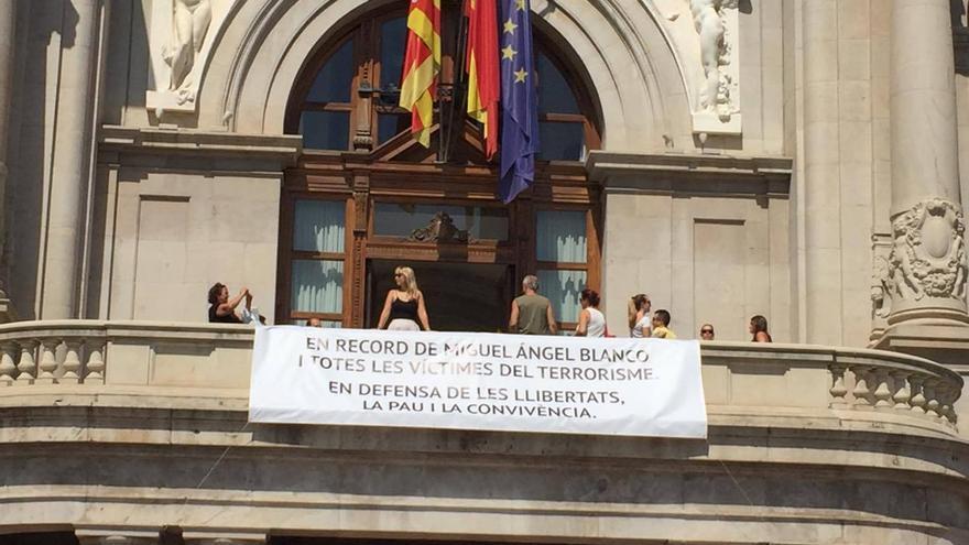 La pancarta colgada en el balcón del Ayuntamiento