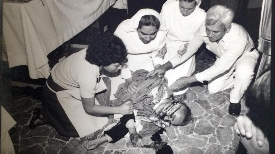 Secuencia fotográfica del asesinato de monseñor Romero, el 24 de marzo de 1980, en la capilla del hospital La Divina Providencia, en San Salvador.