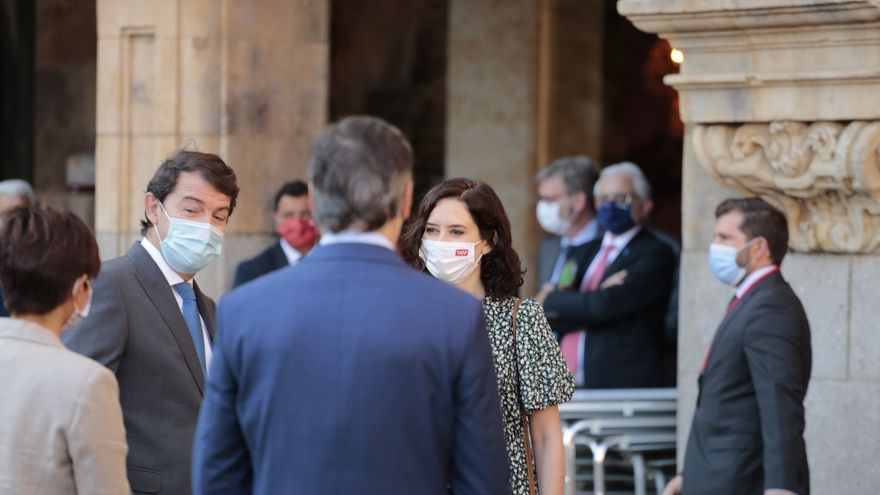 El presidente de la Junta de Castilla y León, Alfonso Fernández Mañueco (2i), conversa con la presidenta de la Comunidad de Madrid, Isabel Díaz Ayuso (4i), a su llegada a la Plaza Mayor de Salamanca para celebrar la XXIV Conferencia de Presidentes, a 30 d