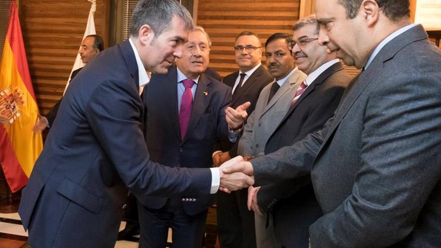 El presidente del Gobierno de Canarias, Fernando Clavijo (i), recibendo a una delegación diplomática conformada por los embajadores de Irak, Jordania, Kuwait, Mauritania, Sudán, Túnez, Catar, Omán, Palestina y Argelia, y por el ministro de la Embajada de Marruecos, el encargado de Negocios de Yemen y la encargada de Negocios de la Oficina de la Liga Árabe