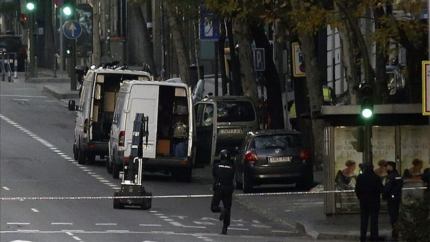 Cortada al tráfico dos horas la calle Génova mientras inspeccionan una mochila
