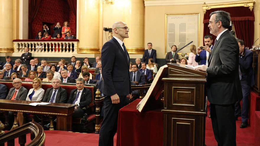 """Romeva acata la Constitución """"como preso político"""" aplaudido por ERC y JuntsXCat e interrumpido por Hernando"""