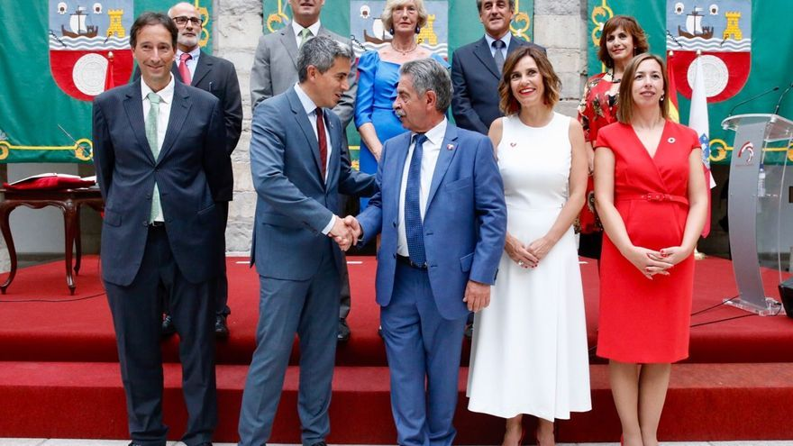 Revilla y Zuloaga se saludan en presencia de los consejeros tras la toma de posesión. | ARCHIVO