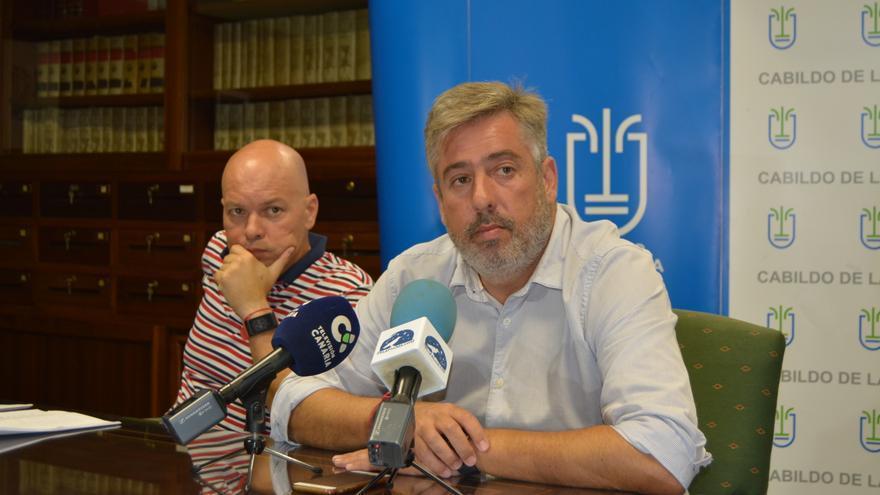 El consejero de Infraestructuras del Cabildo de La Palma, Jorge González (d) y el técnico de Obra Pública del Cabildo, Fernando Lozano.