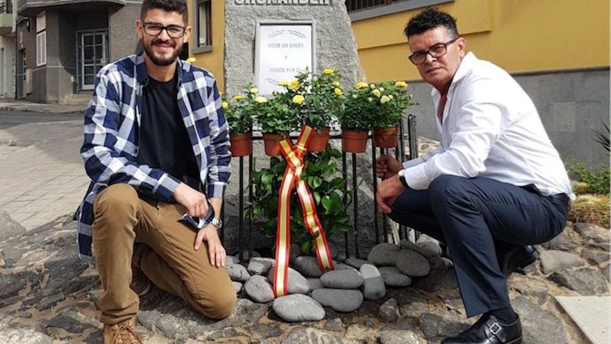 Francisco Ojeda (derecha) y Borja Ojeda, padre y hermano de Jhonander, ante la placa que le recuerda en La Garita.