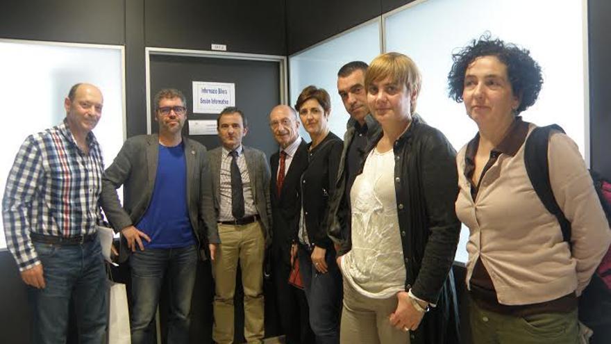 Ángel Elías, a la izquierda, junto a los participantes del I Encuentro de profesionales del asesoramiento laboral y social.
