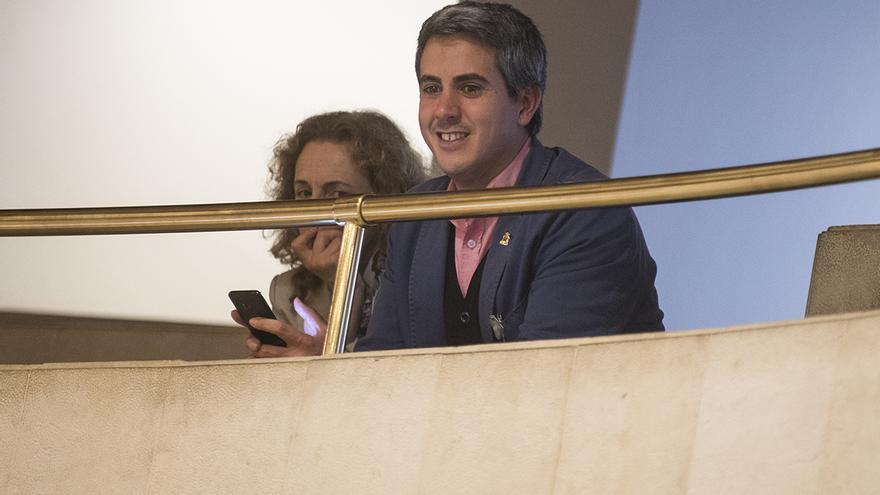 Zuloaga, junto a Isabel Fernández, ha seguido parte del debate desde la zona de invitados. | JOAQUÍN GÓMEZ SASTRE