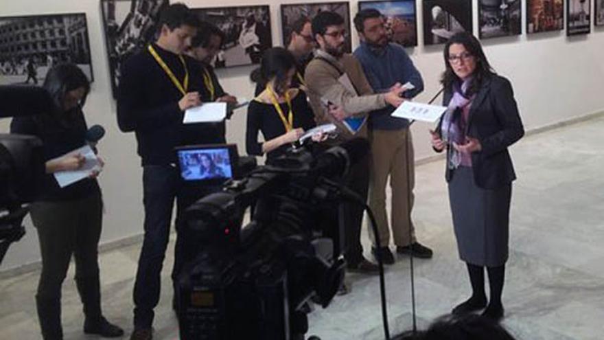 La vicepresidenta y líder de Compromís, Mónica Oltra, atiende a los medios en los pasillos de las Corts