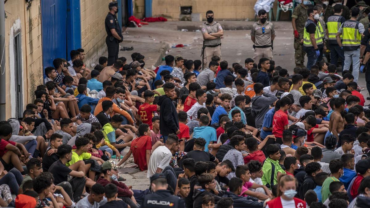 Aquellos menores no devueltos permanecen a la espera en los múltiples pabellones dispuestos por las autoridades para albergar a los más de 4.000 migrantes menores de edad que han cruzado la frontera durante estos días