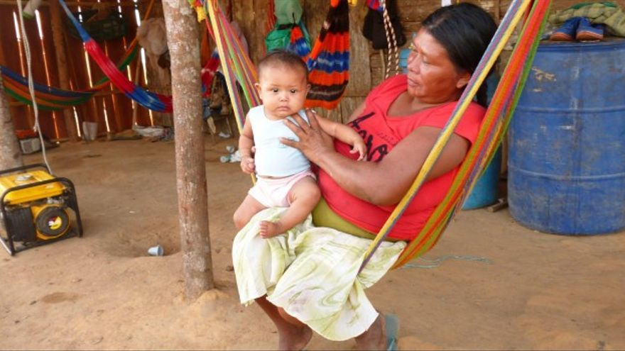 Una mujer indígena cuida de su hija / Fotografía: Imagen de archivo de Hemisferio Zero.