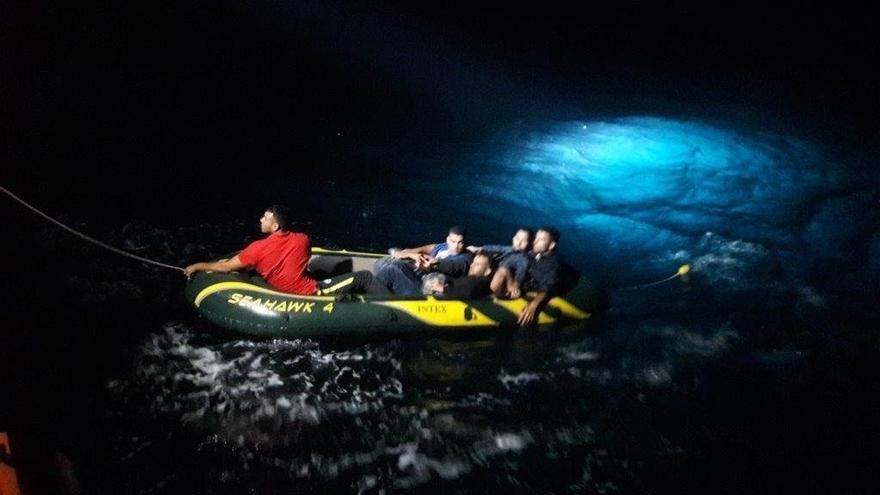 Trasladadas a Almería ocho personas migrantes que viajaban a bordo de una patera