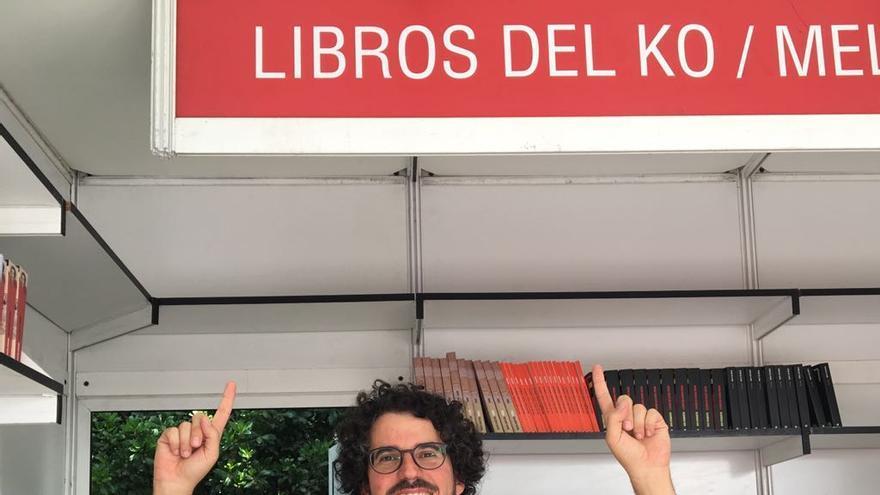 Emilio Sánchez Mediavilla en la caseta de Libros del K.O. durante la Feria del Libro