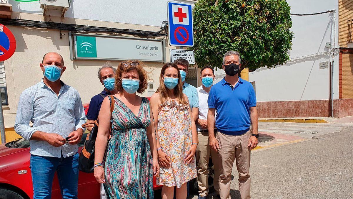 Cargos de IU en Ochavillo del Río junto al consultorio médico.