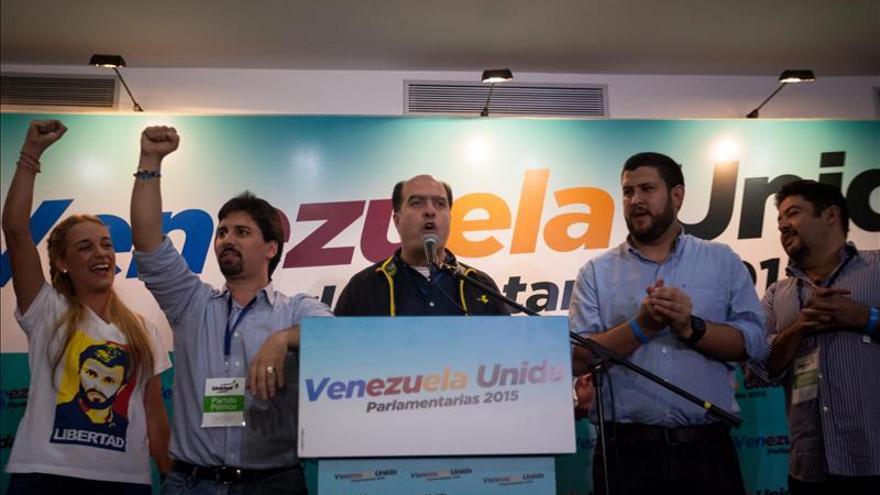 El candidato a diputado por la coalición opositora Mesa de Unidad Democrática (MUD) Julio Borges (c) da declaraciones a la prensa, el 6 de diciembre de 2015, en la ciudad de Caracas (Venezuela).