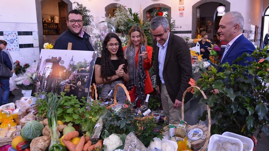 Thaimar Villegas, en La Recova de Santa Cruz de La Palma, con representantes del Ayuntamiento y la Administración central,  en el acto del entrega del premio: un lote de productos del mercado municipal valorado en 500 euros.