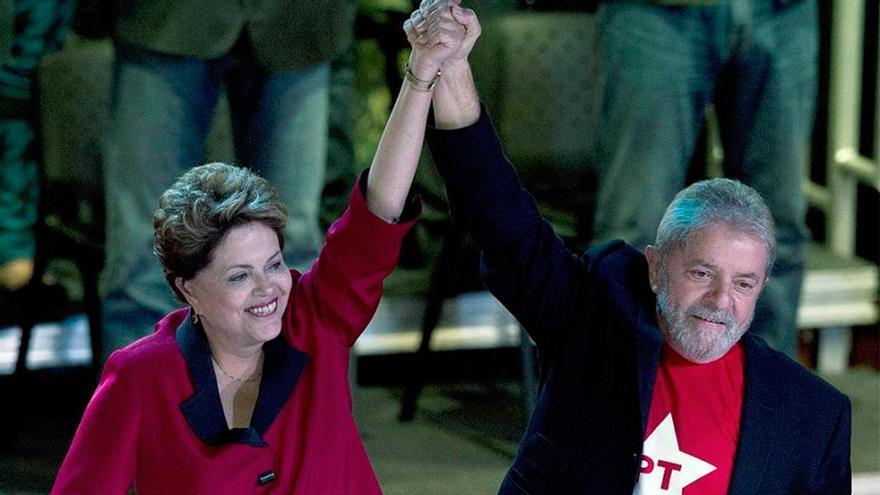 Con los mismos colores, del mismo partido, Dilma y Lula sufrieron la misma caída cinco años atrás y cinco años después pareja rehabilitación. Recobrado su liderazgo, el PT busca recuperar el poder.