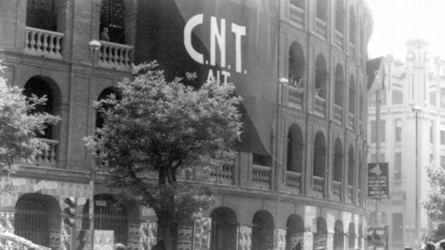 Primer mitin multitudinario de la CNT en la plaza de toros de Valencia el 28 de mayo de 1977.