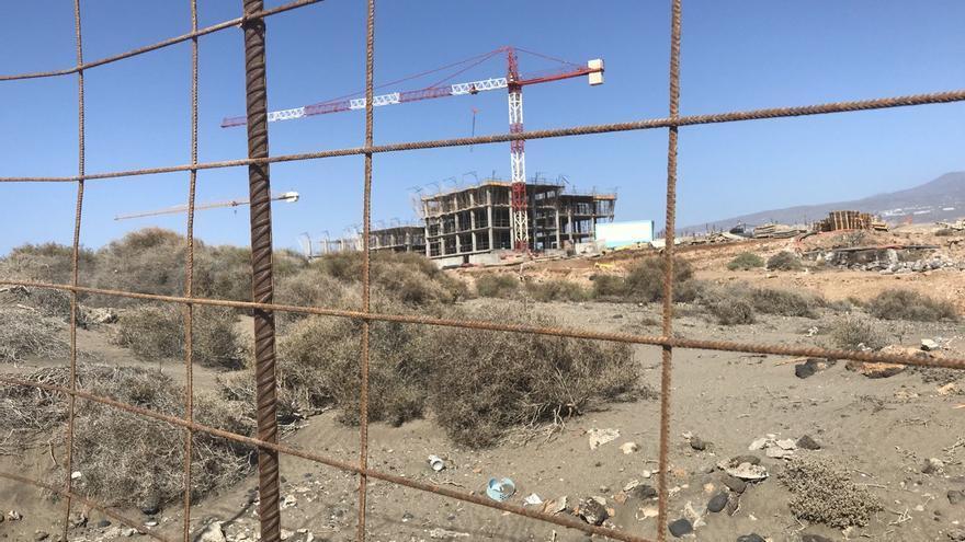 Salvar La Tejita denuncia que se han reanudado las obras en la playa pese a la orden de paralización