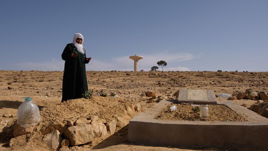 La madre de Mohamed Labiad reza en el cementerio dos días después de recuperar el cuerpo de su hijo y enterrarlo