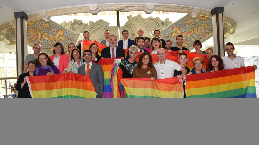 Los diputados de la Asamblea Regional celebran la aprobación de la Ley LGTBI