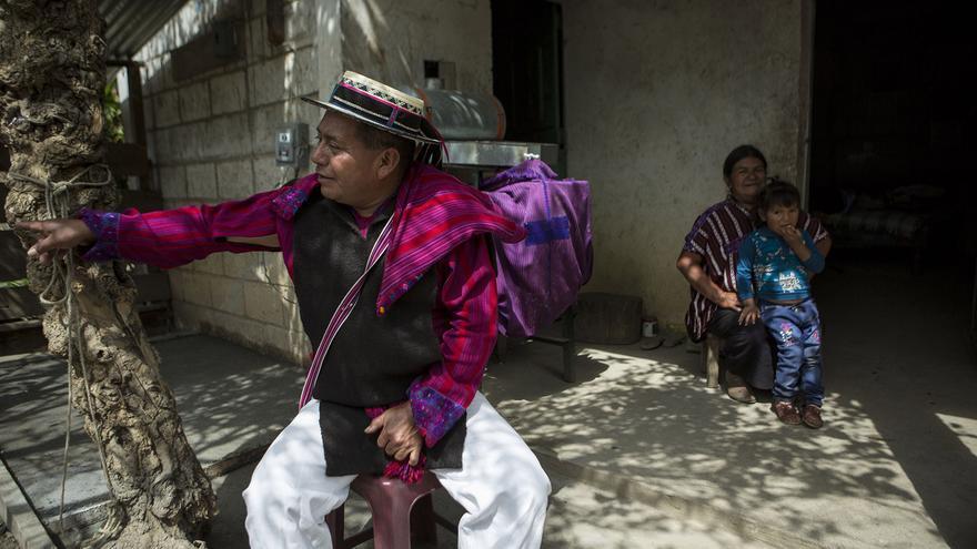 Marcos Domingo sentado en el patio de su casa construida con remesas