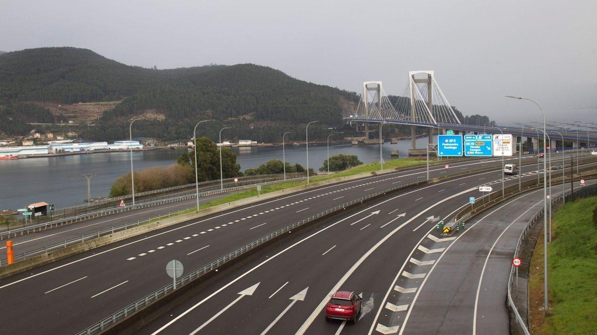 Vista de la AP9 a su paso por el puente de Rande
