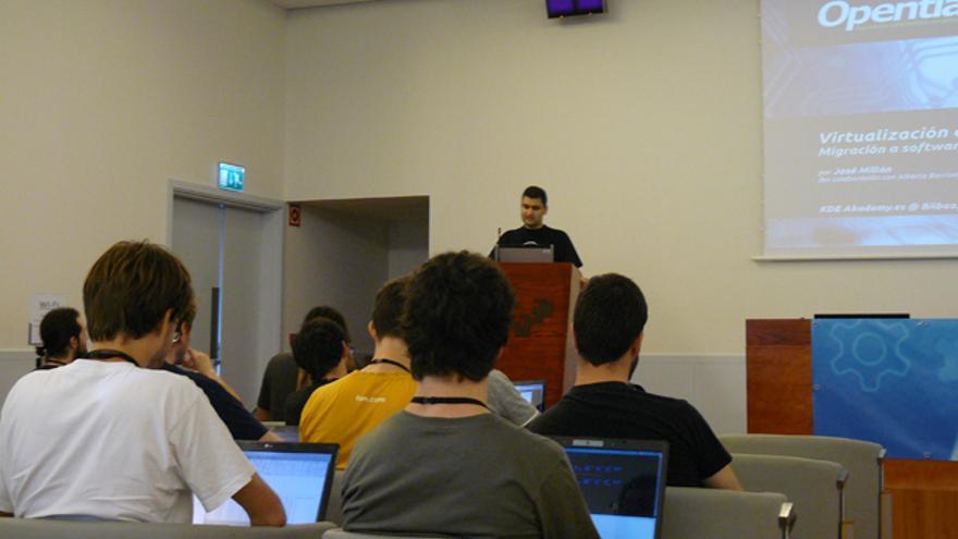 José Millán ofrece una ponencia en el encuentro de KDE-España. /G. A.