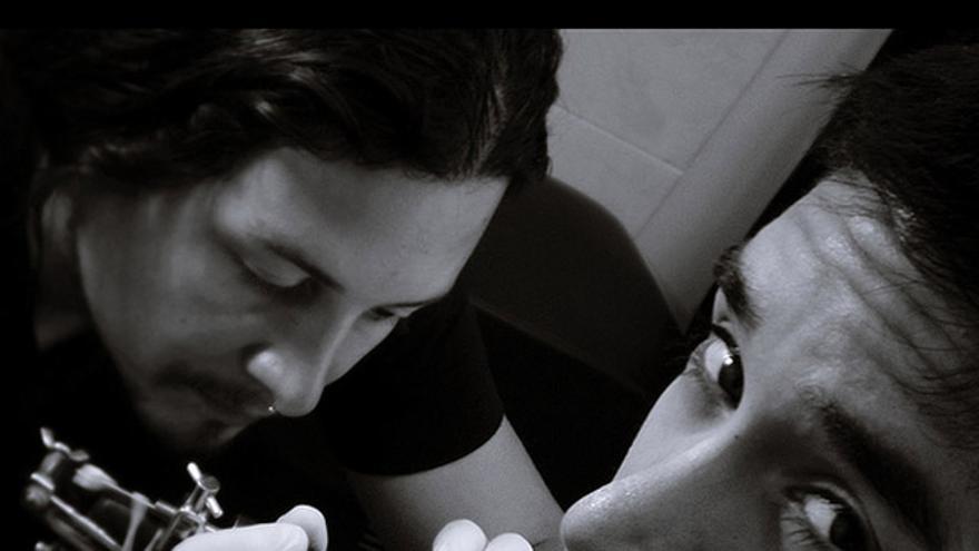 Ni agujas ni dolor. Nada de eso tiene que ver el tatuaje electrónico (Foto: Car.Bono! | Flickr)