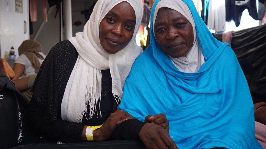 Safá y Hayad en la cubierta del Open Arms.