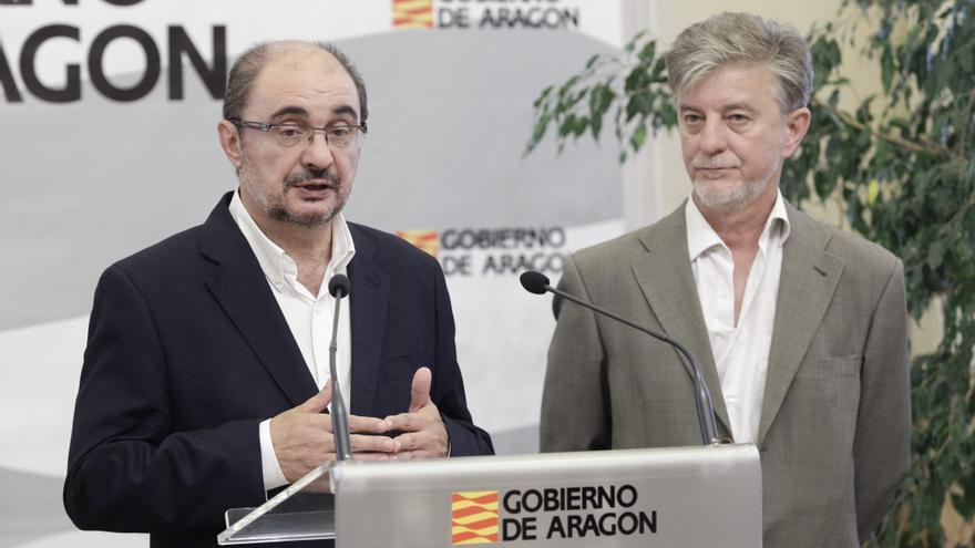 El presidente de Aragón, Javier Lambán (izqda), junto con el alcalde de Zaragoza, Pedro Santisteve, en una imagen de archivo