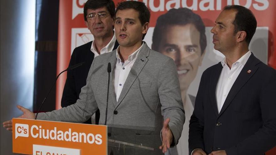 Rivera (Ciudadanos) dice que si alguien está utilizando a Andalucía es Chaves, que no quiere irse