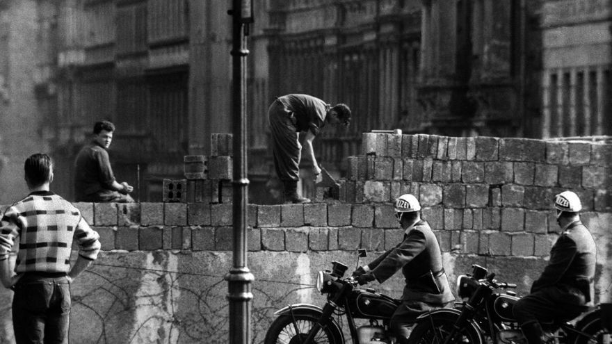 """Fotografía de archivo de agosto de 1961 de la construcción del Muro de Berlín en la calle Bernauer de Alemania. Mañana, 3 de octubre de 2009, se celebra el día de la reunificación de Alemania. El Parlamento alemán aprobó hoy, 2 de octubre de 2009, la construcción de un monumento a la libertad y la unificación que rinda homenaje a la revolución pacífica que la extinta RDA vivió hace hoy 18 años y que concluyo con la caída del muro de la """"vergüenza"""" que dividió Berlín y Alemania de 1961 a 1989."""