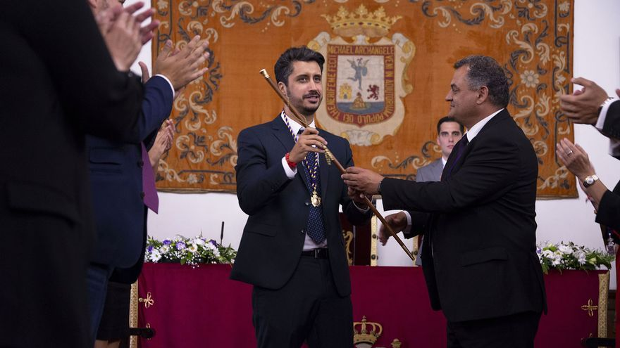 Momento de la entrega del bastón de mando por parte de José Alberto Díaz al regidor socialista, Luis Yeray Gutiérrez