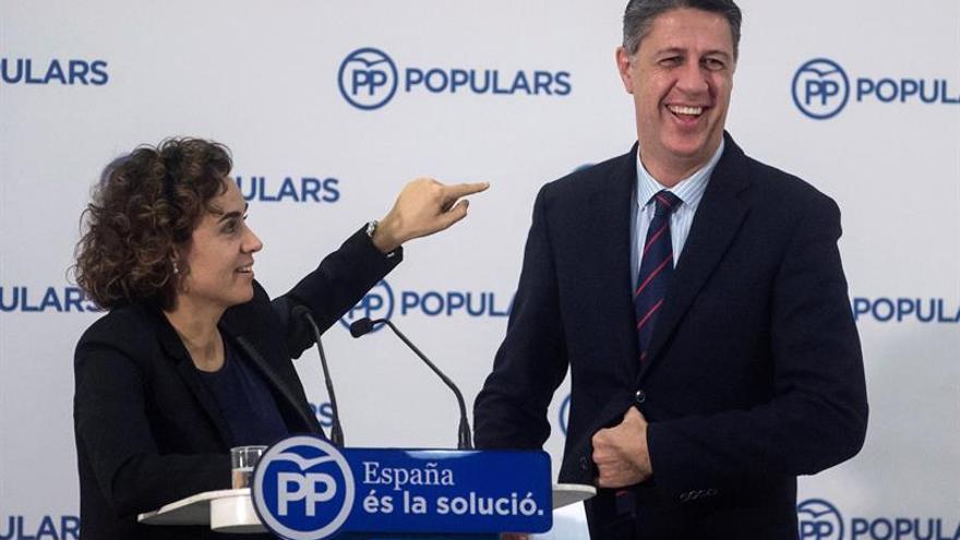 El candidato del PP a la Generalitat, Xavier García Albiol, junto a la ministra de Sanidad, Dolors Montserrat, en un acto de campaña de las elecciones del 21D.