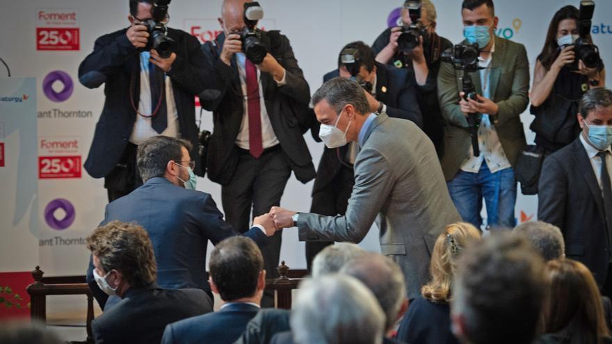 Pere Aragonés y Pedro Sánchez se saludan durante el acto del aniversario de Foment.