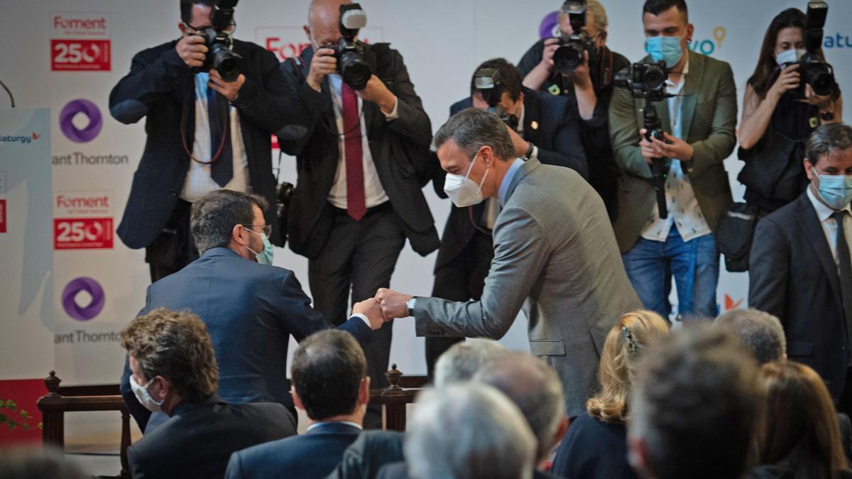El president de la Generalitat, Pere Aragonés (i) y el presidente del Gobierno, Pedro Sánchez (d), se saludan durante la entrega de la medalla del 250 aniversario de Foment del Treball en Barcelona