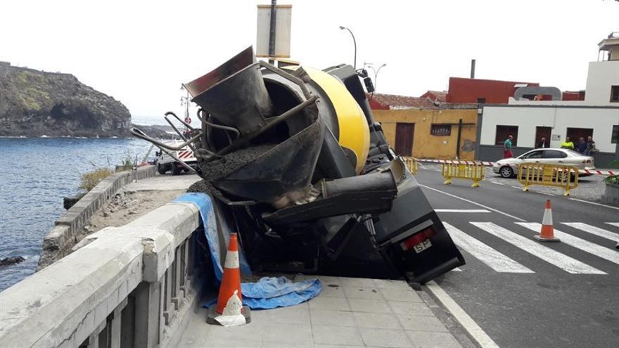 El camión accidentado esta mañana de viernes junto al muelle de Garachico