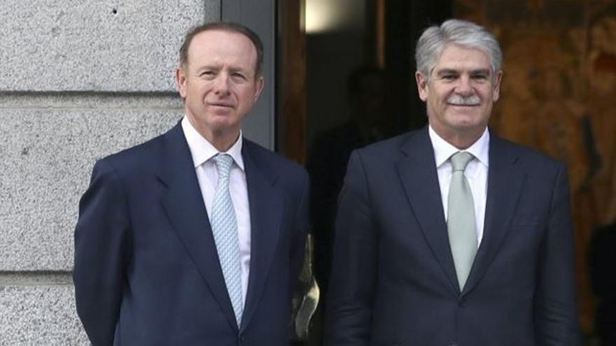 El director de la Agencia Española de Cooperación Internacional para el Desarrollo (AECID), Luis Tejada Chacón, junto al ministro de Asuntos Exteriores y de Cooperación, Alfonso Dastis.