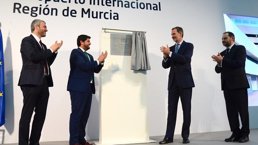 El rey Felipe VI descubre la placa de inauguración del nuevo aeropuerto de la Región de Murcia, aún sin el nombre de Juan de la Cierva, junto con el presidente de la Comunidad murciana Fernando López Miras. A la derecha del monarca, el Ministro de Fomento, José Luis Ábalos