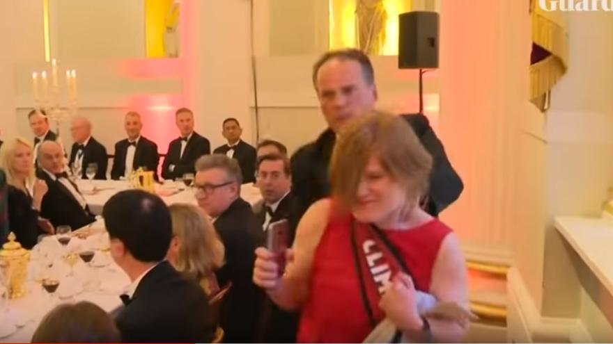 Mark Field agarra del cuello a la activista de Greenpeace para expulsarla del acto oficial y acabar con la acción protesta.