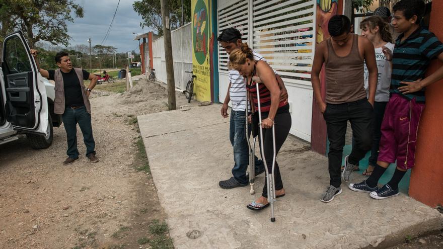 Gloria y su marido William salen del refugio de migrantes de Tenosique acompañados del director del albergue para acudir a la comisaría de Policía a denunciar una agresión: Una banda les asaltó durante su cuarto día de trayecto desde la frontera de Guatemala hacia México. En solo tres meses (enero-marzo 2017) el refugio ha recogido 50 casos de asaltos armados a migrantes en esta parte de la ruta. Una de cada cuatro consultas médicas en las clínicas de MSF está relacionaba con lesiones físicas y traumatismos intencionados sufridos en la ruta en México de camino a Estados Unidos. Fotografía: Marta Soszynska / MSF
