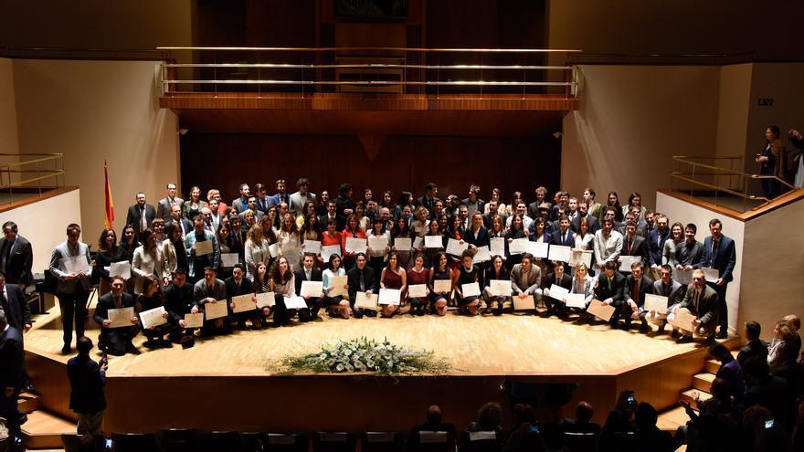 Promoción de ganadodres del Premio de Fin de Carrera universitario 2011-2012.