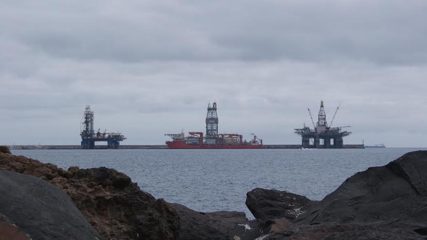Plataformas petrolíferas en el dique Reina Sofía.