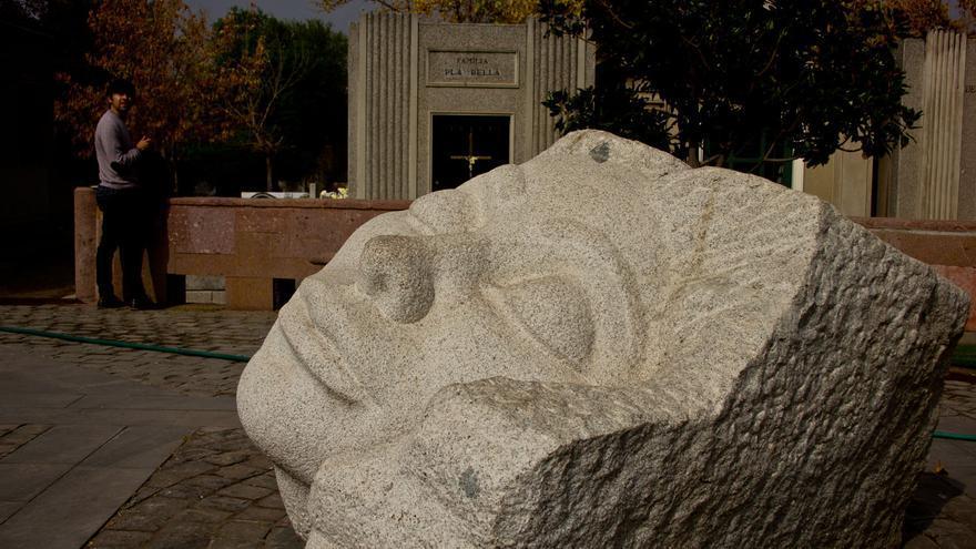 Monumento que recuerda a los asesinados por el régimen de Pinochet en el Cementerio General de Santiago de Chile.