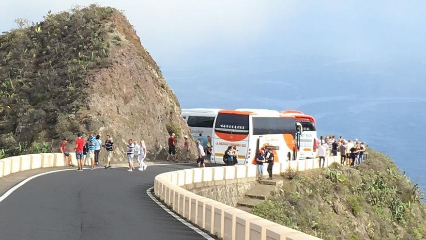 Turistas y guaguas detenidas colapsan el tráfico en una zona de Anaga