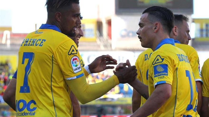 Los jugadores de la UD Las Palmas, el delantero ghanés Kevin-Prince Boateng (i) y el centrocampista Roque Mesa, en el estadio de Gran Canaria. EFE/Elvira Urquijo A.
