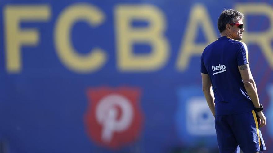 El entrenador del FC Barcelona, Luis Enrique Martínez, durante una sesión de entrenamiento del equipo. (EFE/Alejandro García).